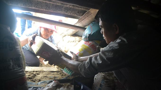 Mì gói, xoong nồi được người dân đưa xuống hầm tránh bão - Ảnh: Lê Trung