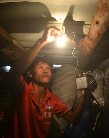 Người dân ở thôn Trung Phường, xã Duy Hải, huyện Duy Xuyên, Quảng Nam tận dụng bình ăcquy để bắc điện dưới hầm trú bão - Ảnh: Lê Trung
