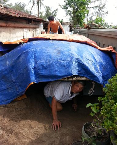 Ông Nguyễn Văn Thơ và con trai Nguyễn Văn Lâm ở làng Kế Sung, xã Phú Diên, Phú Vang, Thừa Thiên - Huế làm hầm trú ẩn sau nhà - Ảnh: Thái lộc