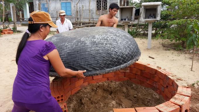 Một công đoạn làm hầm của người dân vùng cát ven biển Kế Sung, xã Phú Diên, Phú Vang, Thừa Thiên - Huế - Ảnh: Thái Lộc