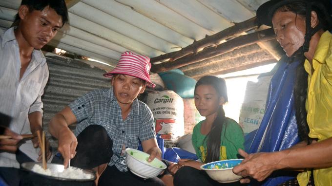 Bữa cơm chiều dưới hầm tránh bão - Ảnh: Lê Trung