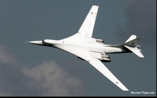Bắt đầu hoạt động từ năm 1987, hiện máy bay ném bom chiến lược Tu-160 vẫn là máy bay siêu âm lớn nhất trên thế giới. Tu-160 có thể tấn công các mục tiêu tấn công chiến lược bằng cả vũ khí hạt nhân và vũ khí thông thường. Tu-160 dài 54,1 m, cao 13,1 m, trọng lượng cất cánh tối đa tới 275 tấn, trang bị 4 động cơ tuốc bin phản lực NK-32. Ảnh: People.com.cn.