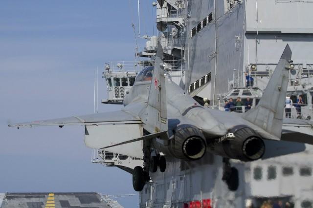 Tiêm kích MiG-19K hạ cánh trên tàu sân bay Vikramaditya.