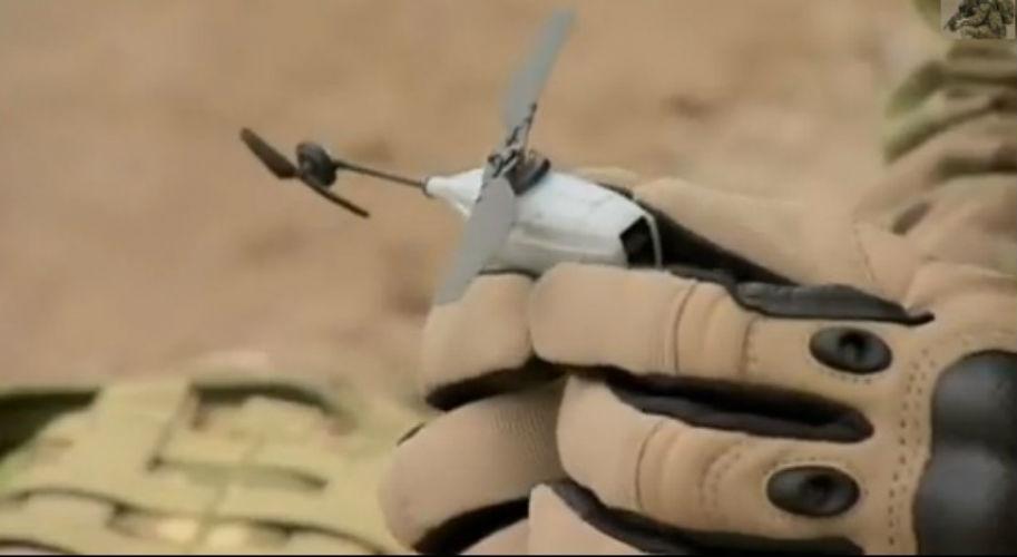 Với trọng lượng chỉ 16 gram, Black Hornet trông giống như một máy bay trực thăng đồ chơi. Nhưng sự thực, nó là một thiết bị quân sự nano, không hề giống như bất cứ vũ khí nào trên chiến trường.