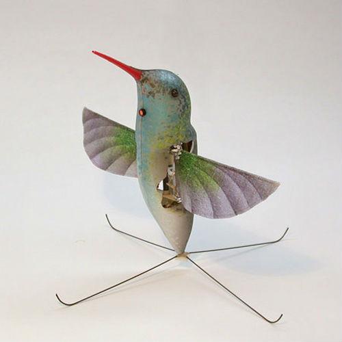 Theo những chuyên gia của Lầu Năm góc thì những con chim nhân tạo với đôi cánh vẫy được nhìn từ xa rất giống những con chim thật và cách ngụy trang này rất có lợi, nhất là ở những khu vực đông dân và để theo dõi từ độ cao nhỏ.