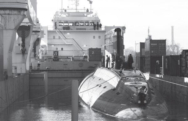 Tàu ngầm Kilo Hà Nội được đưa lên phương tiện chuyên chở để vận chuyển về Việt Nam