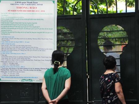 Phụ huynh ngóng con em vào thi tại điểm thi trường THCS Khương Đình (Nguồn: Tiền Phong)
