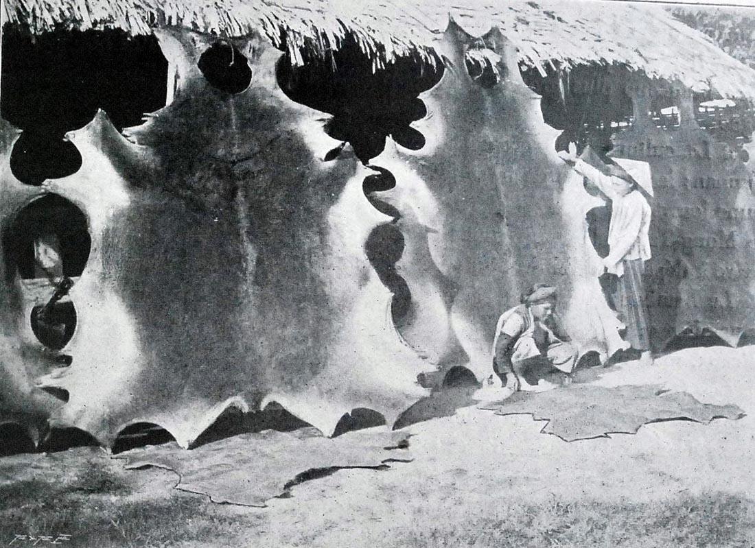 Xưởng chế tác các sản phẩm từ da. Những tấm da trâu, bò được căng lên để phơi trước khi chế tác.