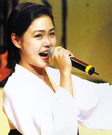 Ei Sol Ju từng hoạt động trong lĩnh vực nghệ thuật từ nhỏ. Sau khi trở thành đệ nhất phu nhân mọi đĩa nhạc của bà đã bị thu hồi.