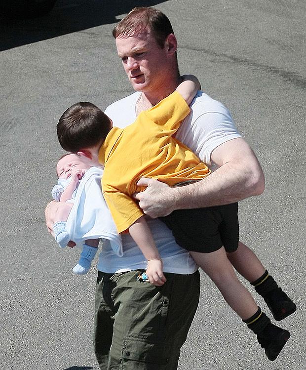 Rooney lủi thủi 1 mình trông 2 con