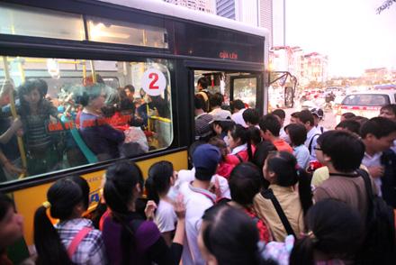 Chuyện thường tình ở những điểm chờ xe buýt