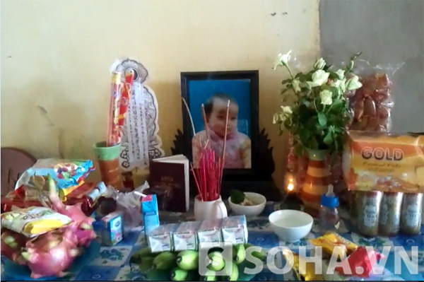 Ban thờ bé Lê Khánh Linh vẫn nghi ngút khói hương.