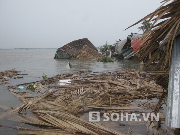 Nhiều nhà dân bị nước quấn trôi