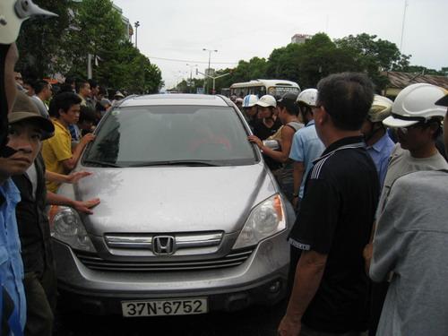 Người dân vây quanh xe Huy Hoàng