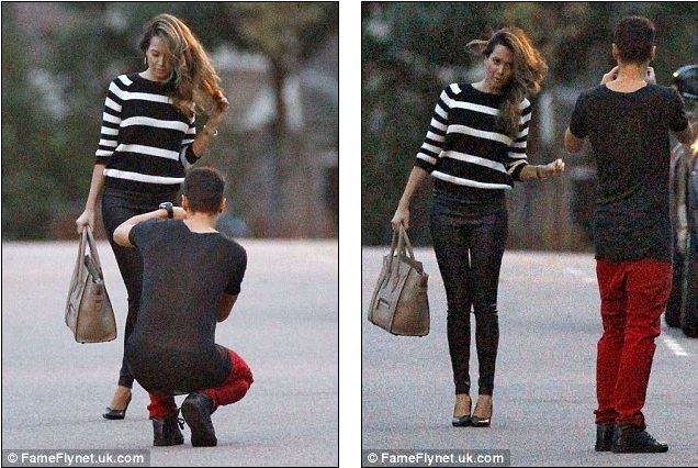Ngôi sao Arsenal không ngại ngồi xuống chụp ảnh cho bạn gái