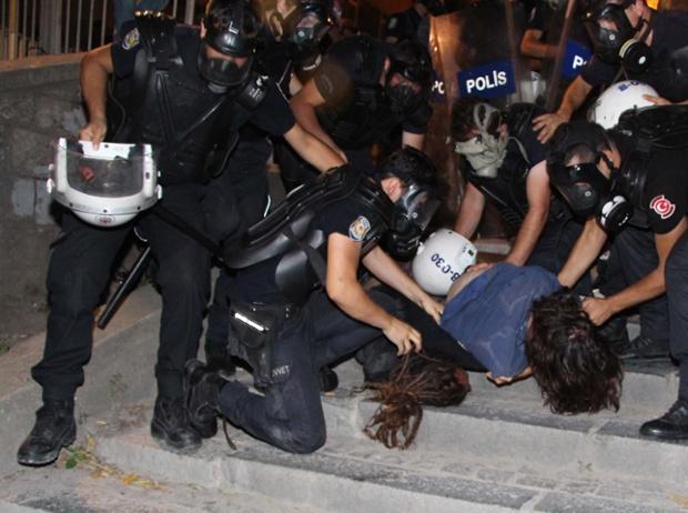 Cảnh sát cố gắng bắt giữ người biểu tình tại quảng trường Taksim ở Istanbul, Thổ Nhĩ Kỳ.