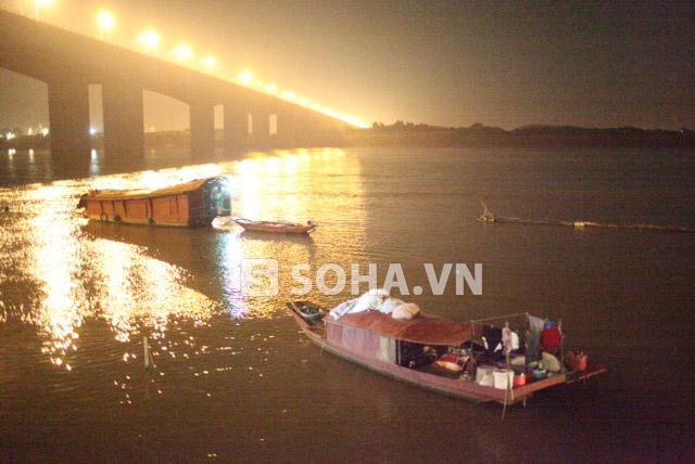 Giữa đêm trên sông Hồng, thuyền tìm kiếm nạn nhân vẫn chưa muốn dừng lại nhưng vì điều kiện không cho phép nên họ đã phải tạm ngừng công việc.