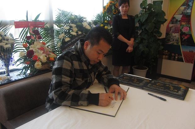 Một người Việt Nam viết sổ tang, bày tỏ sự thương tiếc Đại tướng (Ảnh: Lưu học sinh Bùi Xuân Thủy)