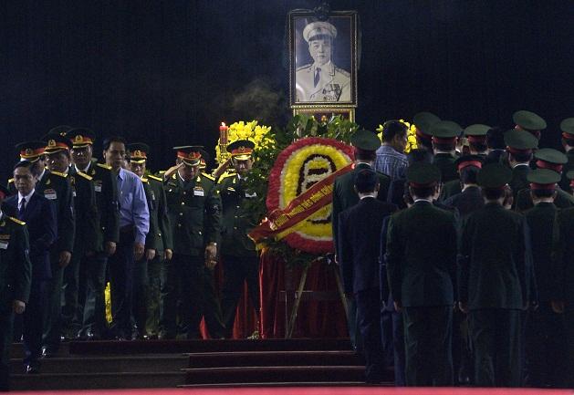 Các tướng lĩnh quân đội và quan chức đi vòng quanh linh cữu Đại tướng.