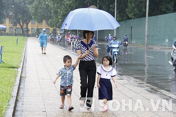 Bất chấp mưa lớn, dòng người