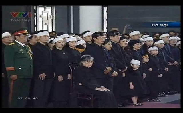 Phu nhân Đại tướng, bà Đặng Bích Hà cùng thân nhân gia đình Đại tướng tại Lễ truy điệu Đại tướng Võ Nguyên Giáp.