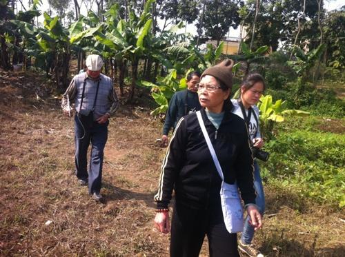 Bà Hiền cùng tiến sĩ Vũ Văn Bằng về Hà Nam tìm kiếm.