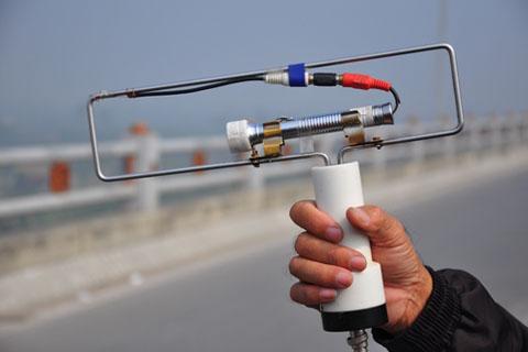 Cận cảnh chiếc máy đo địa bức xạ.