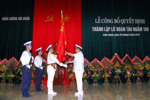 Đô đốc Nguyễn Văn Hiến đã trao Quân kỳ quyết thắng và phát biểu giao nhiệm vụ cho cán bộ, chiến sĩ Lữ đoàn 189.