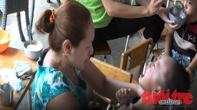 Bà Lê Thị Đông Phương bóp cổ một bé trai sáng 11-12 - Ảnh trích từ video clip