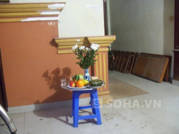 Hoa quả và nhang nến đã được đặt ở cầu thang lối lên phòng nạn nhân
