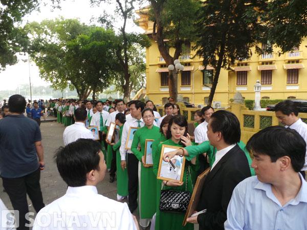 103 cán bộ công nhân viên của Mai Linh tay nâng di ảnh của Đại tướng Võ Nguyên Giáp, xếp hàng vào viếng tại ngôi nhà 30 Hoàng Diệu.