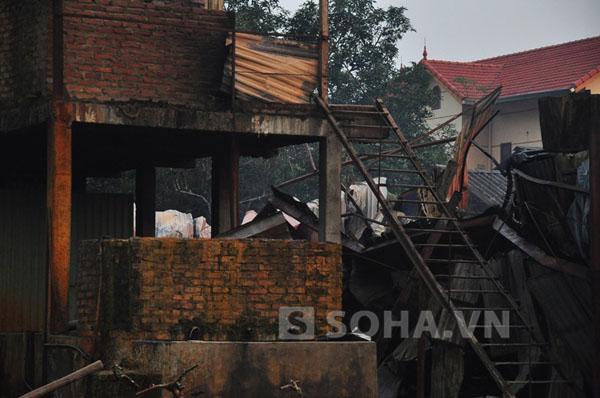 Khu trọ của công nhân bị ngọn lửa đánh sập.