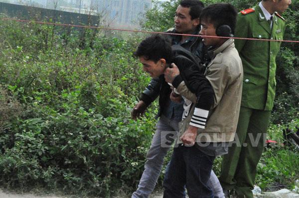 Khoảng 6 giờ sáng nay, lực lượng tìm kiếm và người nhà đã tìm thấy xác cháu Phạm Ngọc Nhi (3 tuổi) con anh Phạm Ngọc Thi (ở huyện Hạ Hòa, Phú Thọ) tại tầng 2 khu lán trại.