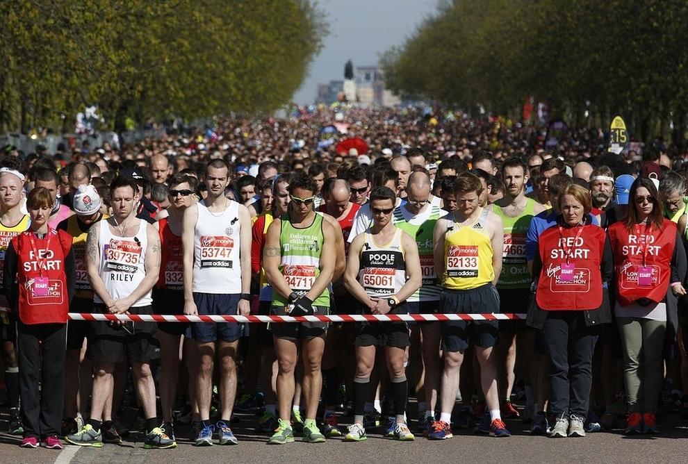 Vận động viên dành một phút mặc niệm cho các nạn nhân của vụ đánh bom Boston Marathon trước khi bắt đầu London Marathon ở Greenwich, phía đông nam London.
