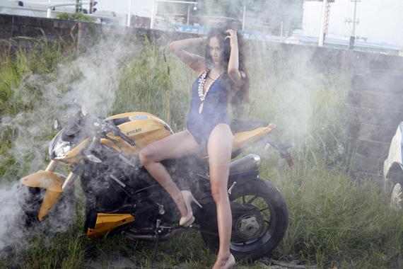 Thí sinh Nguyễn Diệu Linh cũng không kém phần nóng bỏng bên mẫu xe Ducati Street Fighter.
