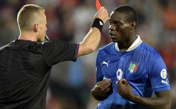 Balotelli nhận thẻ đỏ trong trận đấu gặp ĐT Czech hồi tuần trước