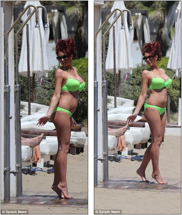 """Người đẹp Amy Childs """"đốt cháy"""" bãi biển Marbella"""