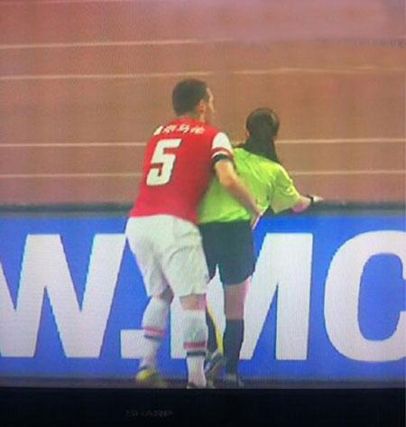 Trong một trận GH giữa Arsenal và Man City, Vermaelen đã lao thẳng vào người nữ trọng tài Massey. Để giữ thăng bằng, trung vệ này đã nhanh tay ôm eo vua áo đen xinh đẹp