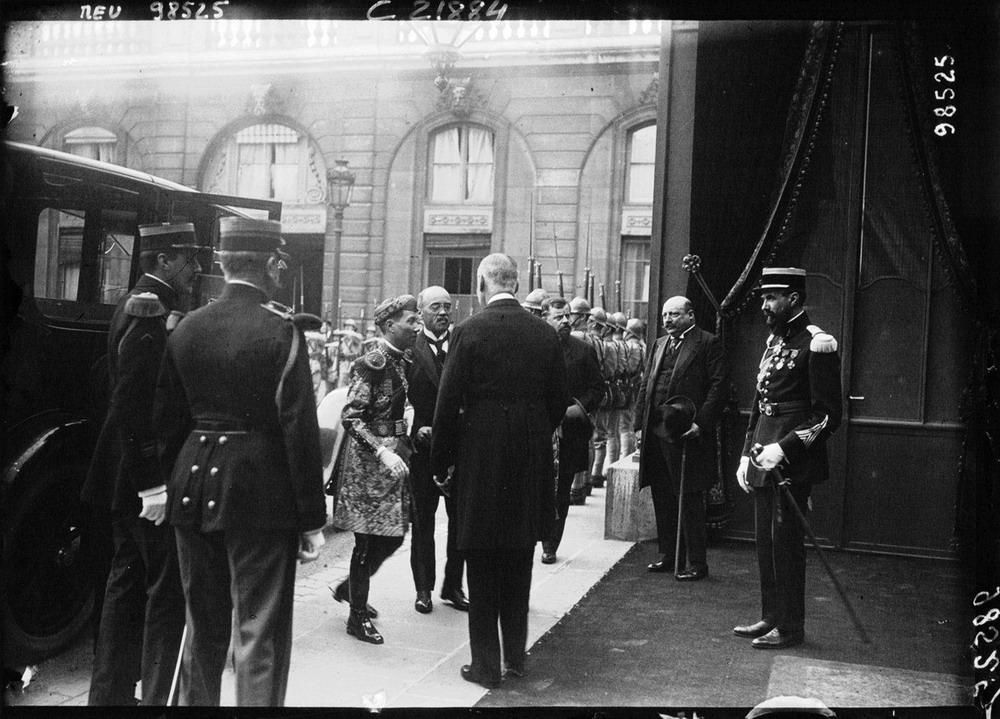 Sau khi tham dự Hội chợ thuộc địa ở Marseille, vua Khải Định đã đi tàu hỏa tới Paris cùng vô số tùy tùng của mình.