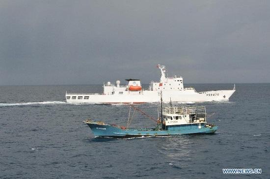 Tàu Ngư Chính 310 hỗ trợ một tàu cá Trung Quốc hoạt động trái phép gần quần đảo Trường Sa của Việt Nam