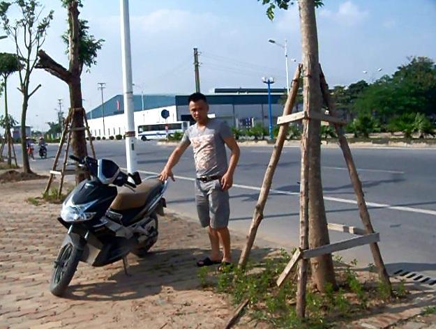 Tuấn tả lại vị trí chiếc xe máy của chị Huyền bị vứt ở đường.