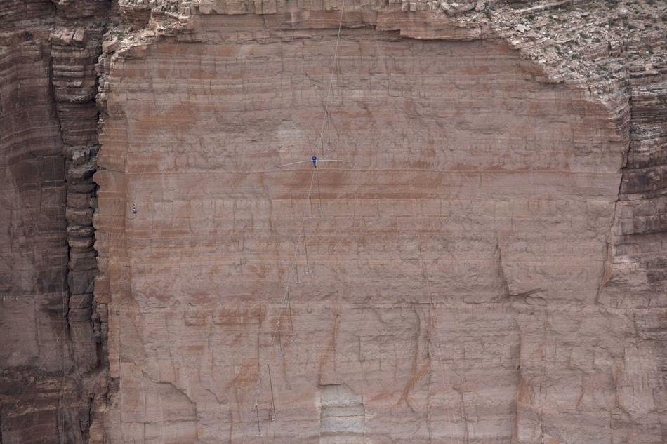 Trong thời gian 22 phút và 54 giây, diễn viên xiếc nổi tiếng người Mỹ, Nik Wallenda đã thực hiện thành công màn biểu diễn vượt hẻm Grand Canyon - Bang Arizona nổi tiếng nước Mỹ trên dây thăng bằng, không bảo hiểm.