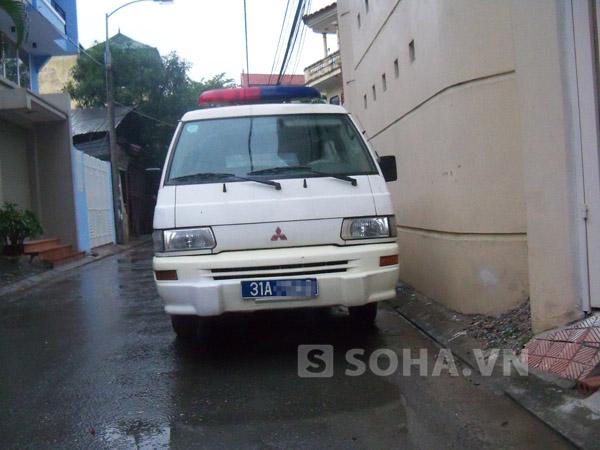 Chiếc xe đến hiện trường để đưa nạn nhân đi khám nghiệm tử thi