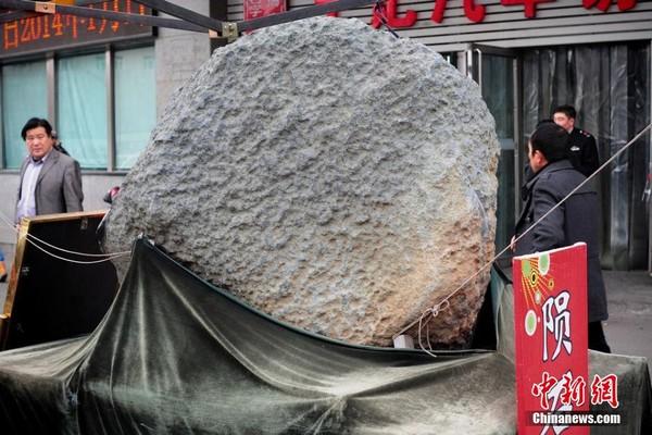 Thiên thạch 2 tấn được trưng bày ở Tân Cương 1
