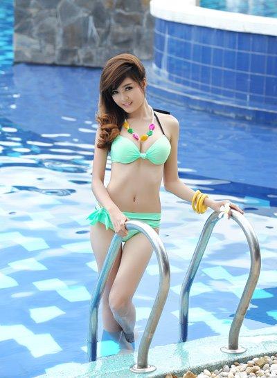 Bạn gái Bùi Anh Tuấn xinh như búp bê rạng ngời trong bikini