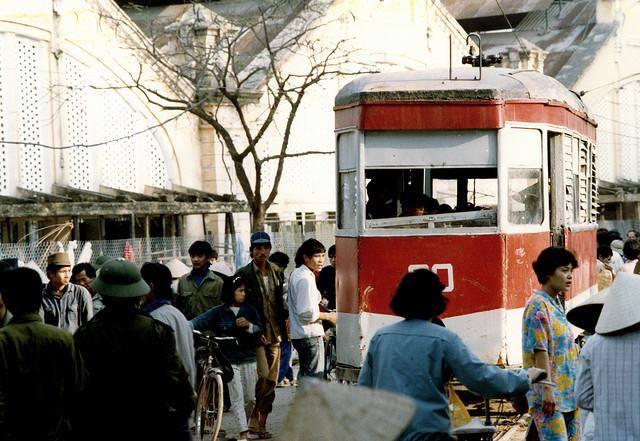 Người dân vội vã trên những chuyến xe điện đặc trưng Hà Nội những năm 90.