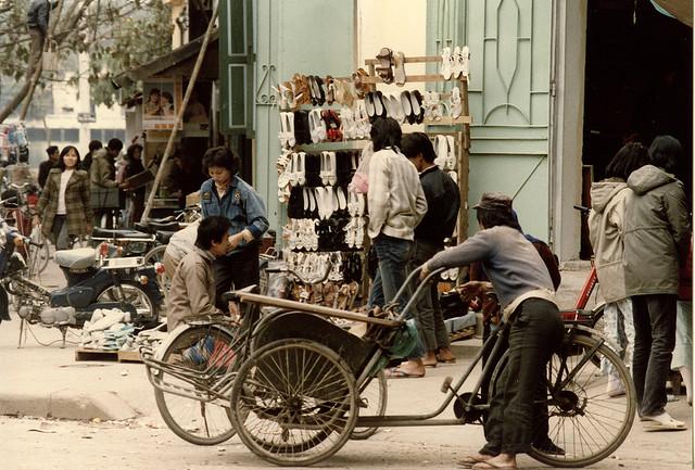 Một cửa hàng giầy tại phố Cầu Gỗ.