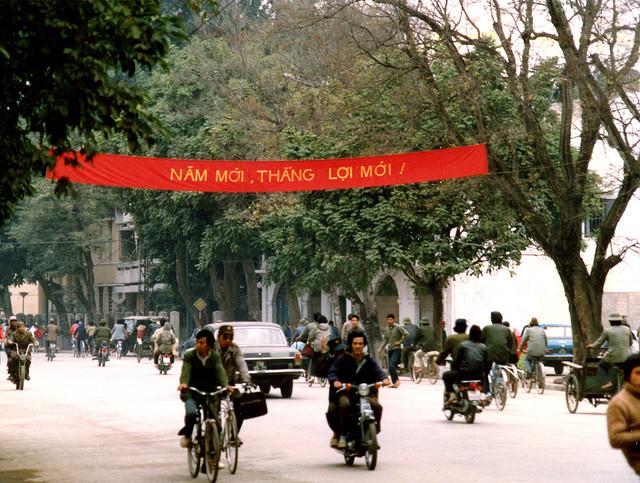Băng rôn khẩu hiệu đón tết ở khắp nơi trên đường phố Hà Nội.