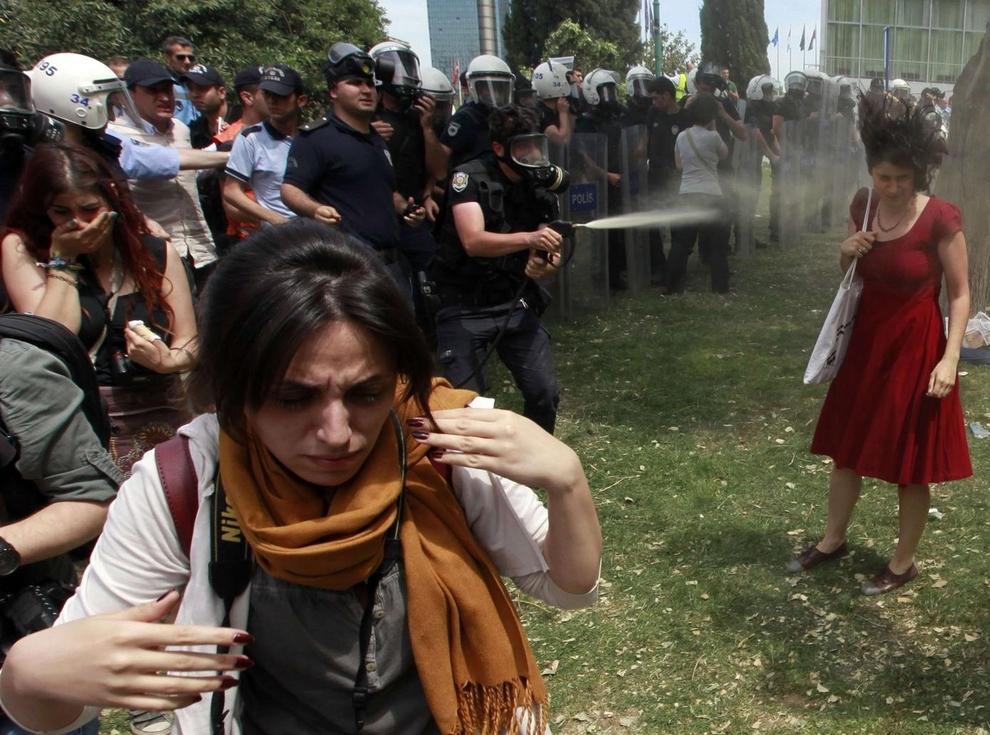 Cảnh sát chống bạo loạn Thổ Nhĩ Kỳ xịt hơi cay vào một người phụ nữ biểu tình phản đối việc phá hủy cây cối trong công viên để làm đường đi bộ tại quảng trường Taksim ở trung tâm Istanbul.