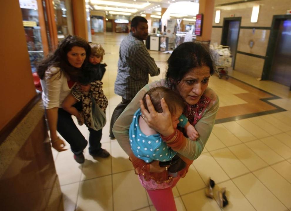 Những người lính bảo vệ những người phụ nữ mang con ra khỏi trung tâm mua sắm tại Nairobi, Kenya.